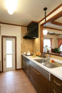 キッチンの床はタイル仕上げでお手入れも簡単です。