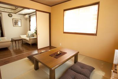 リビングと続きで使える和室。琉球畳を使用しており、モダンな感じが出ています。