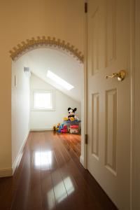 デッドスペースを利用したフリースペース。お子さんの遊び場や収納にも充分な広さです。