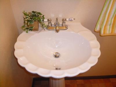 トイレの手洗器は可愛いペディスタリー。