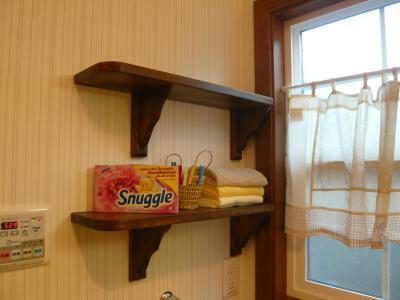 洗濯機置き場の横には洗剤など置ける可愛いブラケット付。