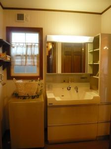 洗面脱衣室。使い勝手がいい広い洗面化粧台。
