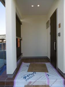 玄関ポーチ。左側は...。
