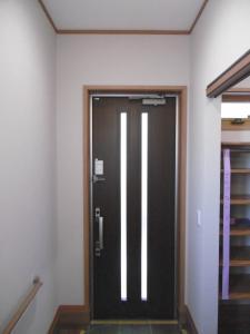 玄関ドアの右側は...。