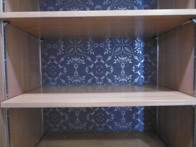 飾り棚の正面の壁は、ダマスク柄の壁紙で趣を加えました。