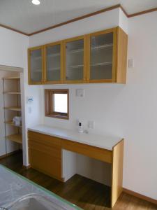キッチンと同色の食器棚。左の奥は...。