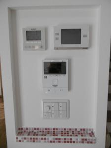 ...ニッチ開口を設け、床下エアコン、V2H、インターホン、スイッチをまとめました。