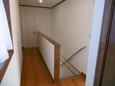 2Fホール。正面のドアは主寝室の入口。