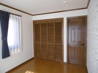 無垢の輸入ドアであつらえた子供室1。右側の壁には...。