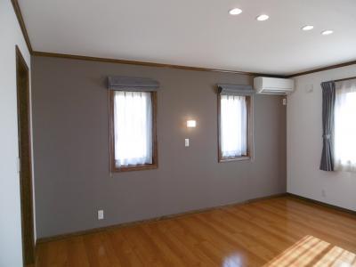 主寝室の一面をアクセントウォールとして壁紙の柄を変えました。左側は...。