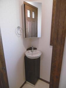 ...ミラー収納付のコーナー手洗い器を設けました。