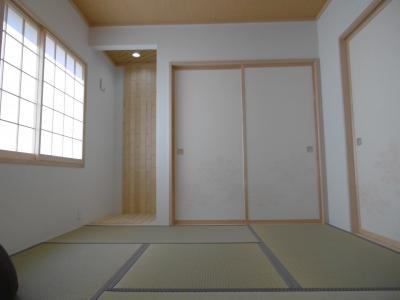 和室。右が押入れ。左の板の間の正面に...。