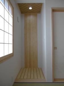 ...木製のデザインウォールを設けました。床は冷暖房対策でスノコ板を敷きました。