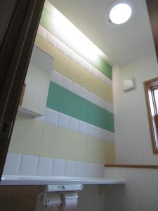 ...白・黄・緑で貼り分けた「エコカラット」を間接照明がやさしく照らします。